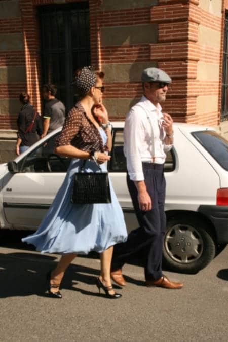 """Photo d'un couple habillé à la mode des sixties dans les rues de Lavaur lors de l'édition 2018 du """"bouchon""""."""