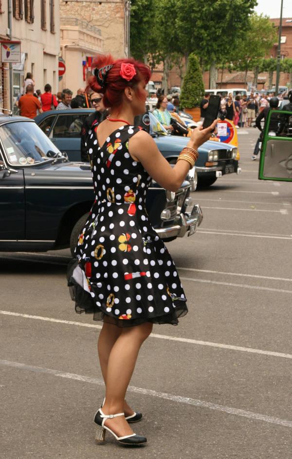 Photo du bouchon 2018 : participante habillée à la mode des sixties dans les rues de Lavaur.