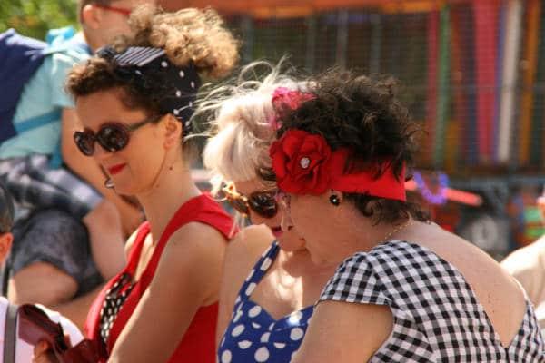Photo du bouchon 2018 : participantes habillées à la mode des sixties.