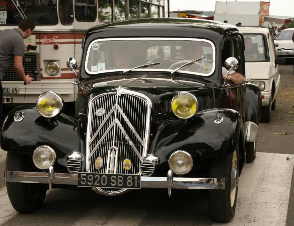 Photo du bouchon 2018 : traction avant noire dans les rues de Lavaur.