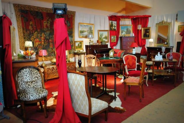 Stand de meubles et objets anciens au salon des Antiquaires à Lavaur, 2019.