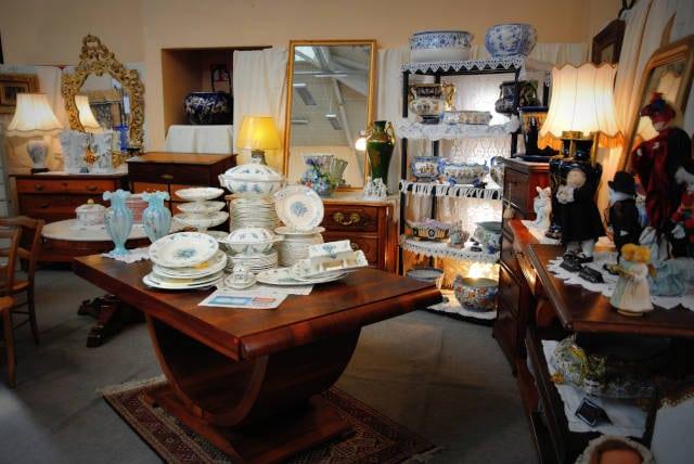 Stand de meubles et vaisselle anciens au salon des Antiquaires à Lavaur, 2019.