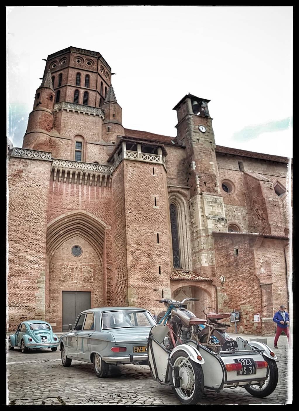 Le bouchon sur le parvis de la cathédrale de Lavaur.