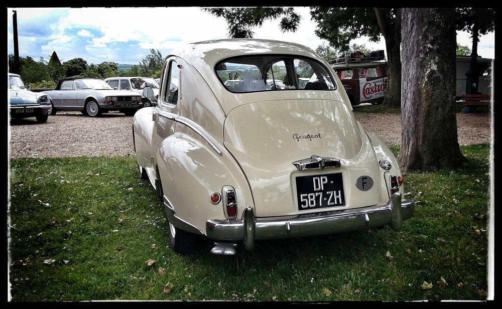 Peugeot blanche dans le parc de l'Evêché à Lavaur