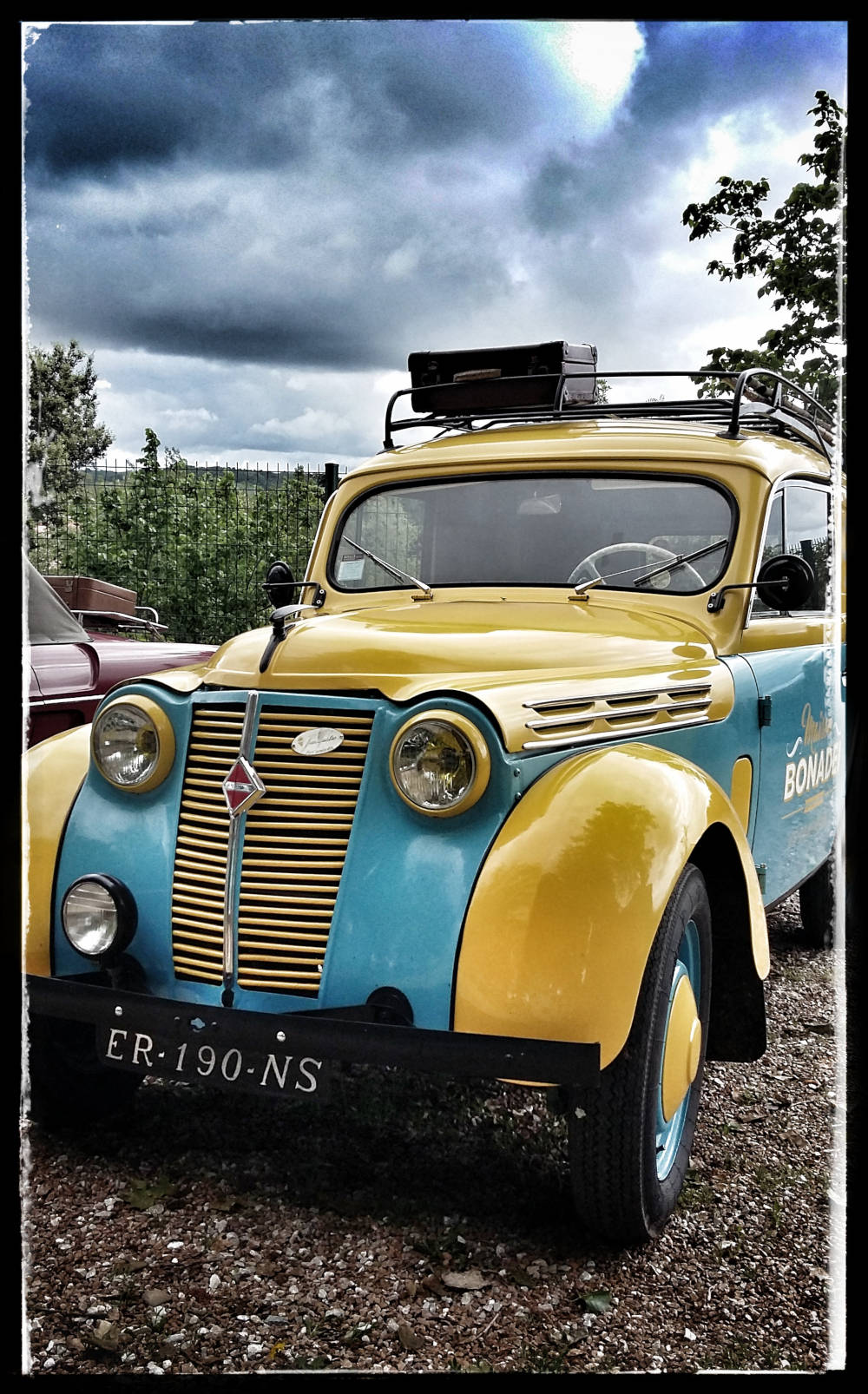 Juva 4 jaune et bleue, parc de l'Evêché à Lavaur.