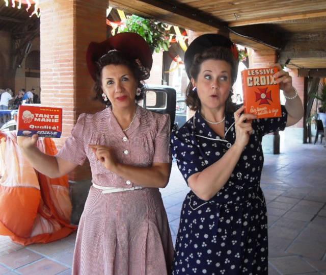 Dames habillées à la mode des années 40 (chapeaux, robes, accessoires et coiffures).